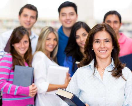 profesor: Maestro con un grupo de estudiantes en la universidad Foto de archivo