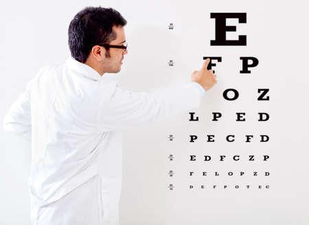 pr�voyance: Optemetrist Homme faisant un test de vision de l'?il Banque d'images
