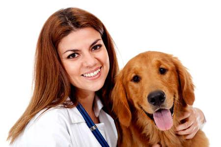 veterinario: Veterinario Mujer con un hermoso perro - aislados en un fondo blanco