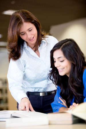 tutor: Maestro explicar el tema a una estudiante