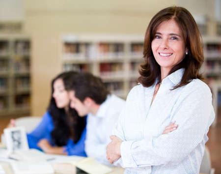 maestra: La mujer en la biblioteca trabajando como bibliotecario