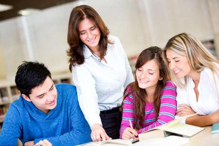 maestra: Grupo de estudiantes con un asesor en la universidad