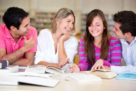 estudiantes universitarios: Grupo de j�venes que estudian en la biblioteca