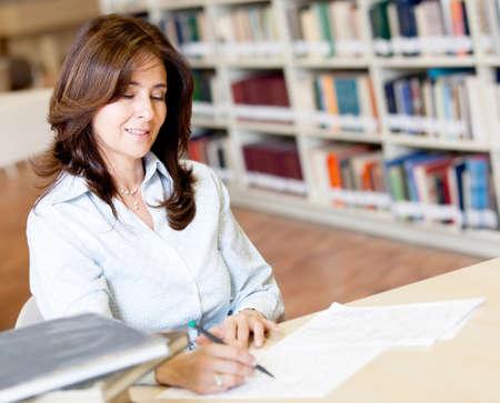 grading: Mujeres ex�menes de los maestros de clasificaci�n en la biblioteca