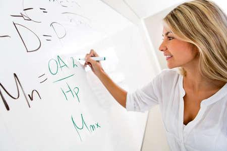 matematica: Estudiante escribiendo en la pizarra la soluci�n a una ecuaci�n