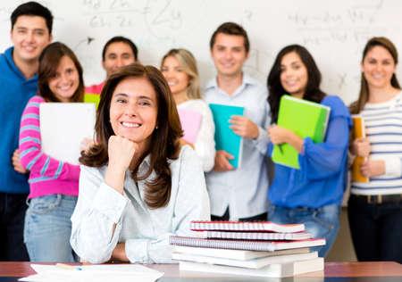 profesor alumno: Maestro en un aula con un grupo de estudiantes Foto de archivo