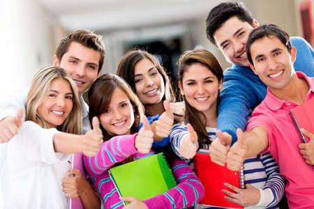 estudantes: Feliz grupo de estudantes com polegares acima Banco de Imagens