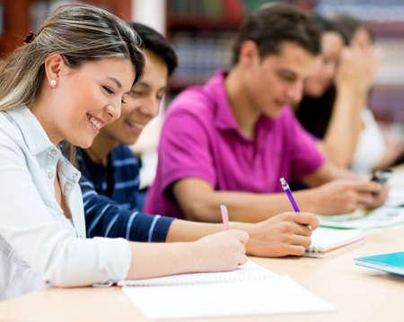 adultos: Grupo de amigos que estudian juntos en la biblioteca