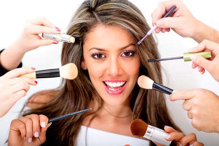 sal�n: Mujer en el sal�n de belleza conseguir un estilo profesional - aislados en blanco