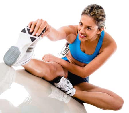 piernas mujer: La mujer estirando la pierna Gimnasio - aislados en un fondo blanco