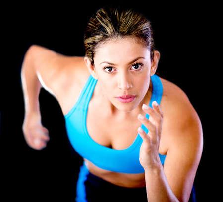 atleta corriendo: Funcionamiento joven atleta femenina - aislados en un fondo negro