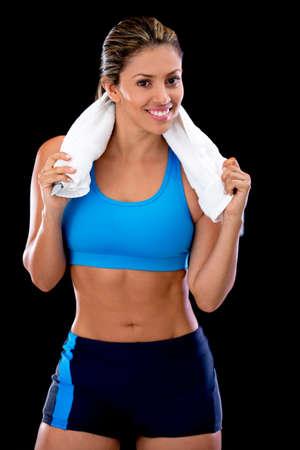 atletisch: Mooie atletische vrouw lachend - geà ¯ soleerd op een zwarte achtergrond