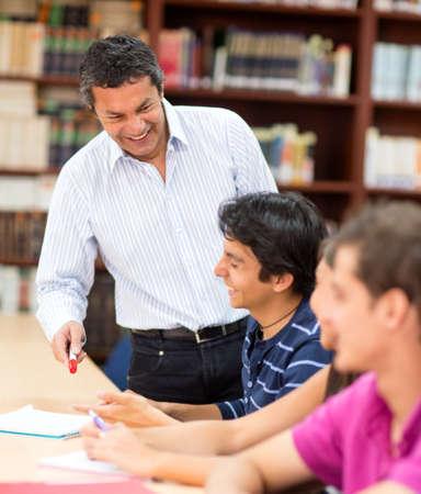 föremål: Man lärare förklarar ett ämne till sina elever i klassen