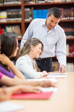 profesor: Profesor de sexo masculino explicando algo a sus alumnos