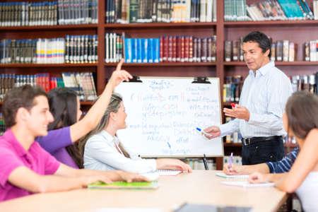 soumis: Enseignant Homme expliquant l'objet d'un groupe d'�tudiants