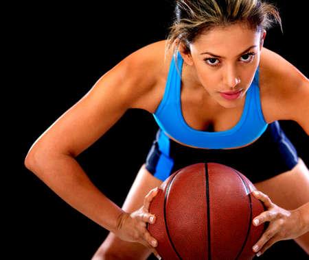 baloncesto chica: Jugador de baloncesto competitivo que sostiene la bola - aislado sobre fondo negro Foto de archivo