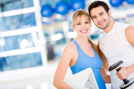 uomo palestra: Montare coppia presso la palestra cercando molto attraente