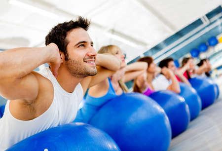 pilate: Groupe de personnes exer�ant � la salle de gym dans une classe de remise en forme