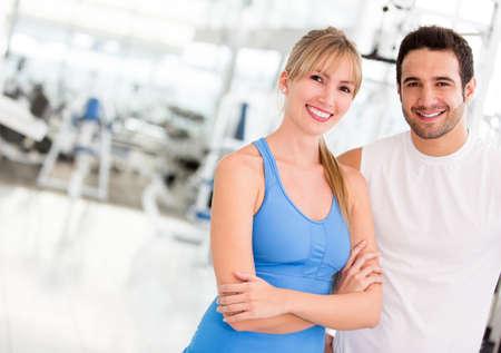 men exercising: Atractiva pareja en el gimnasio que parece feliz Foto de archivo