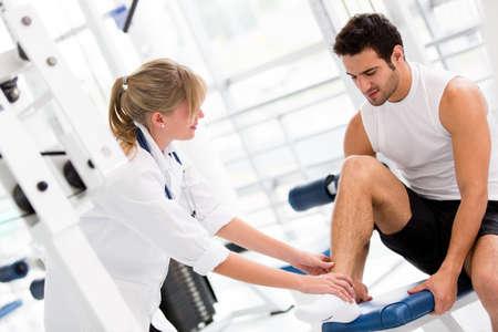 lesionado: Herido en el gimnasio de la sensaci�n de dolor en el tobillo Foto de archivo