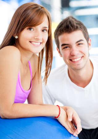 Mooi paar in de sportschool op zoek tevreden Stockfoto - 14599862
