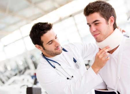 collo: L'uomo al medico dopo aver avuto un infortunio al collo Archivio Fotografico
