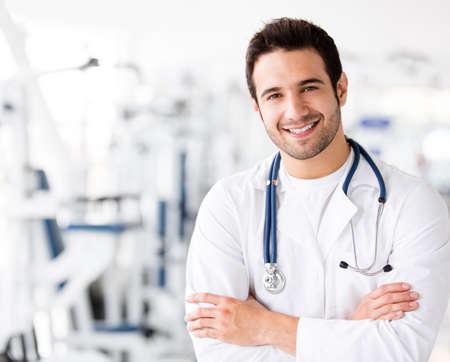medicina: Doctor amigable hombres en el gimnasio sonriente