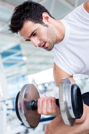 levantando pesas: Hombre guapo de trabajo en el gimnasio Foto de archivo