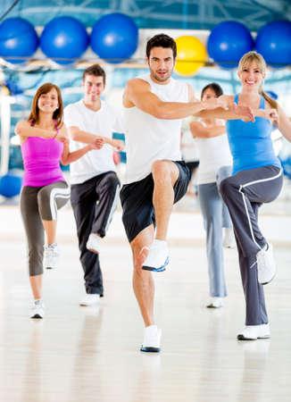 ejercicio aer�bico: Grupo de personas en una clase de aer�bic en el gimnasio