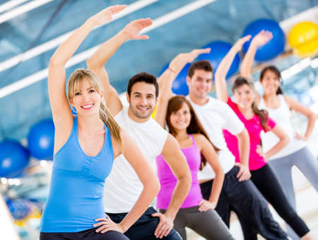 gimnasia aerobica: Gimnasio de estiramiento y la gente parece muy feliz