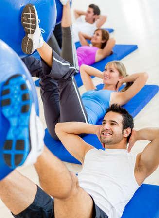 ejercicio aer�bico: Grupo de personas en el gimnasio en una clase de Pilates