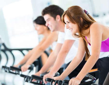 fitness hombres: Grupo de personas en el gimnasio haciendo girar