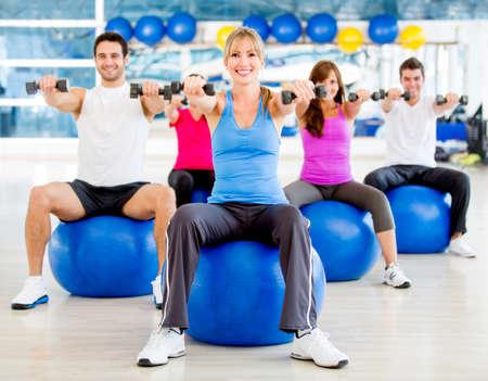 pilate: Groupe de personnes exer�ant � la gym Banque d'images