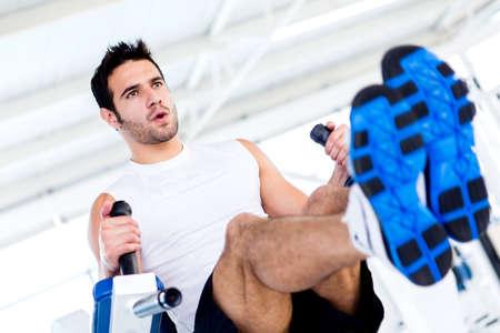 fortaleza: Hombre guapo en el gimnasio trabajando