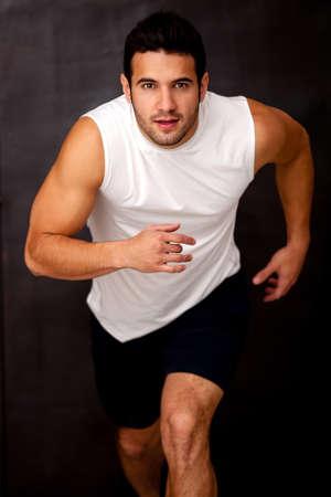 cuerpo hombre: El hombre Deportiva corriendo y mirando muy competitivo