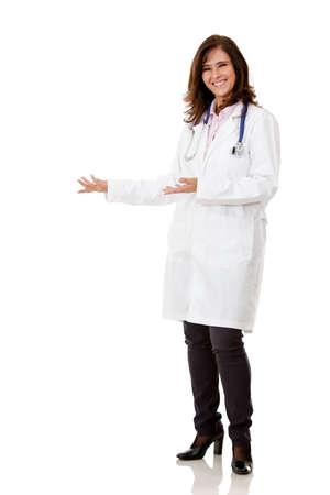 personal medico: Mujer m�dico que presenta algo - aisladas sobre un fondo blanco