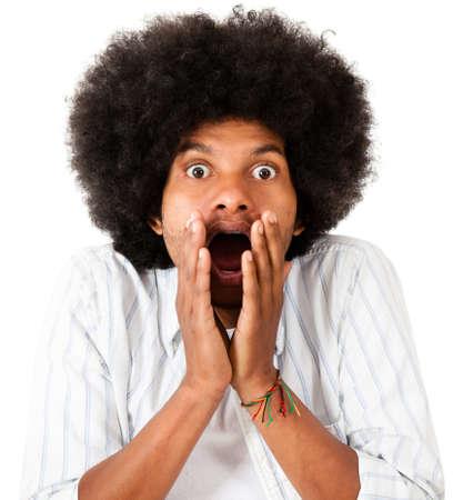 sorprendido: Hombre afro Shocked - aislada sobre un fondo blanco