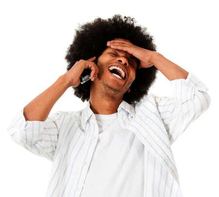 llamando: Hombre feliz afro hablando por teléfono - aislados en un fondo blanco