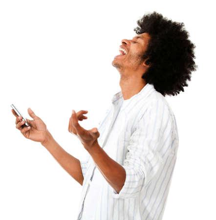 Afro Mann lachend h�lt sein Handy - �ber einen wei�en Hintergrund isoliert