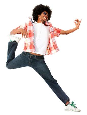 audifonos: Funky hombre afro usando auriculares y escuchar m�sica - aislados en blanco