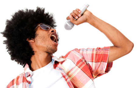 cantando: Hombre negro cantando con un micr�fono - aislada sobre un fondo blanco Foto de archivo
