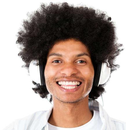 Afro Mann Musikh�ren mit Kopfh�rern - isoliert �ber wei�