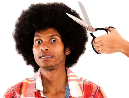 estilista: Hombre afro reacios a cortar el pelo - aislado sobre un fondo blanco