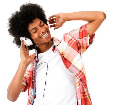 escuchando musica: Hombre negro que escucha la música con los auriculares - aislados en un fondo blanco