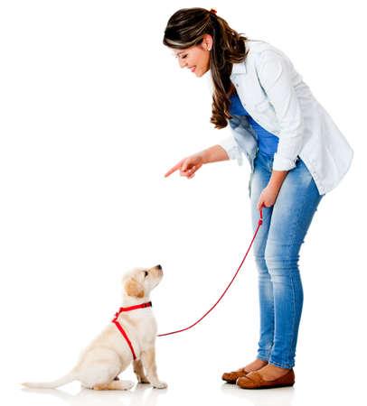 mujer con perro: Mujer entrenando a su perro - aislados en un fondo blanco