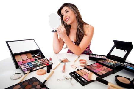 productos de belleza: Hermosa mujer haciendo el maquillaje - aislados en un fondo blanco