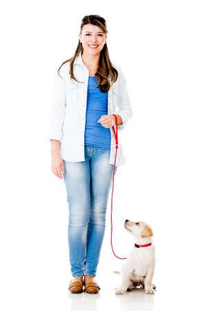 dog on leash: Ni�a con un perro cachorro con una correa - aislados en un fondo blanco