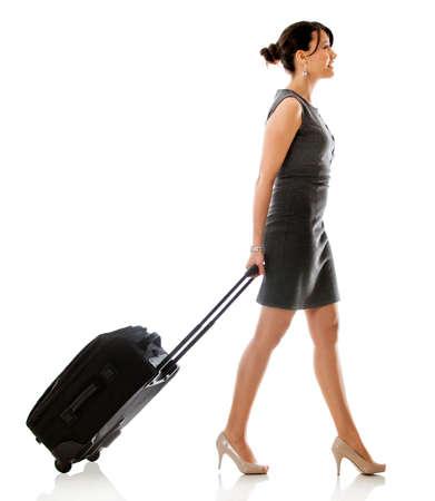 personas caminando: Mujer en un viaje de negocios - aislados en un fondo blanco
