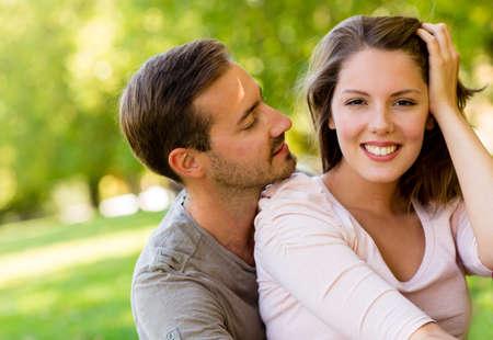 amistad: Pareja rom�ntica en el parque que abraza y que parece feliz Foto de archivo