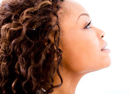 mujeres negras: Bello retrato de mujer negro - aislado sobre un fondo blanco